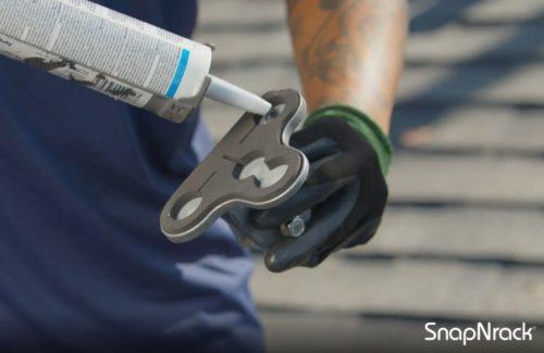 SnapNrack 开发可固定到屋面板上的无螺栓夹具